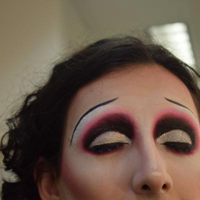 The finished eye look with thin black eyebrows